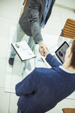 Концепция надежного партнерства: рукопожатие деловых партнеров на предпосылке настольного компьютера Стоковые Изображения