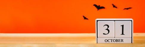 Концепция на хеллоуин Летучие мыши и деревянный календарь показывая 31-ое октября Стоковое Фото