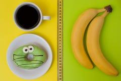 Концепция нездоровой еды и закуски Очень вкусный донут и чашка o стоковое изображение