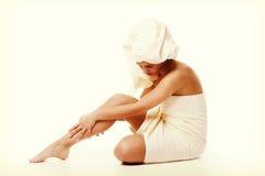 Концепция нетрадиционной медицины и ухода за телом Молодая женщина Atractive после ливня с полотенцем Стоковые Изображения
