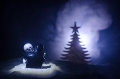 Концепция Нового Года влюбленности Диаграммы девушки и мальчика керамические обнимают один другого, стоя на белом снеге и покраше Стоковое Изображение RF