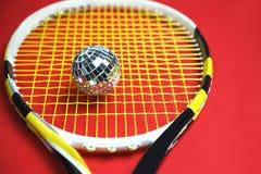 Концепция Нового Года рождества с шариком диско как теннисный мяч на ракетке тенниса Взгляд сверху Салатовые теннисные мячи делая стоковая фотография