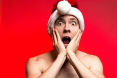 Концепция Нового Года рождества Человек при шляпа Санта Клауса смотря sca Стоковые Фото