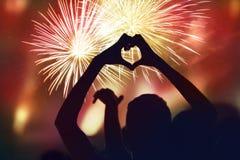 Концепция Нового Года толпы и фейерверков Силуэт sha сердца Стоковое Фото