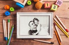 Концепция дня отцов очарование девушки красивейшего черного брюнет классическое смотря белизну представления портрета фото вы toy Стоковое фото RF