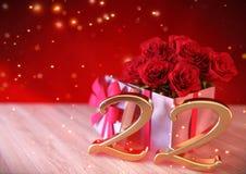 Концепция дня рождения с красными розами в подарке на деревянном столе двадцать второе 22nd 3d представляют Стоковое Фото