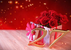 Концепция дня рождения с красными розами в подарке на деревянном столе двадцать седьмое 27th 3d представляют Стоковое фото RF