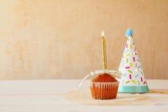 Концепция дня рождения с пирожным и свечой, шляпой партии Стоковые Фотографии RF