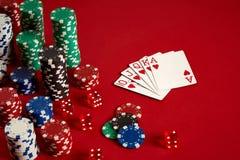 Концепция оборудования и развлечений покера казино играя в азартные игры - близкая вверх играя карточек и обломоков на красной пр Стоковая Фотография