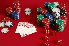 Концепция оборудования и развлечений покера казино играя в азартные игры - близкая вверх играя карточек и обломоков на красной пр Стоковая Фотография RF