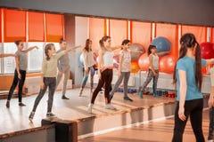 Концепция образа жизни детей здоровая - группа в составе sportive девочка-подростков работая в спортзале Стоковое Изображение RF