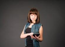 Концепция образа жизни интернета технологии современная таблетка ПК девушки используя Стоковые Изображения