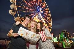 Концепция образа жизни наслаждения друзей парка атракционов Стоковая Фотография RF