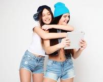Концепция образа жизни, tehnology и людей: Счастливые девушки с таблицей Стоковая Фотография