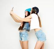 Концепция образа жизни, tehnology и людей: Счастливые девушки с таблицей Стоковые Изображения RF