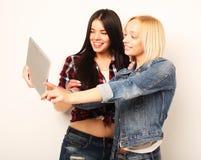 Концепция образа жизни, tehnology и людей: Счастливые девушки с таблицей Стоковое фото RF
