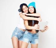 Концепция образа жизни, tehnology и людей: Счастливые девушки с таблицей Стоковое Изображение