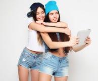 Концепция образа жизни, tehnology и людей: Счастливые девушки с таблицей Стоковая Фотография RF