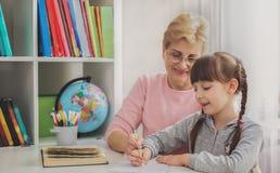 Концепция образования, бабушка читая книгу для внуков стоковые фото