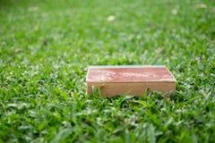 Концепция образования - книги лежа на траве Стоковые Изображения