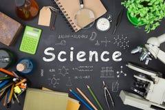 Концепция образования - книги, микроскоп и надпись науки на классн классном стоковые изображения