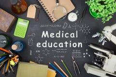 Концепция образования - книги, микроскоп и надпись науки на классн классном стоковое фото rf