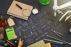 Концепция образования - книги, микроскоп и эскиз науки на классн классном стоковое изображение rf