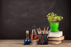 Концепция образования - книги на столе в аудитории Стоковое Фото