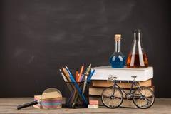 Концепция образования - книги на столе в аудитории Стоковые Изображения RF