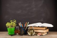 Концепция образования - книги на столе в аудитории Стоковая Фотография