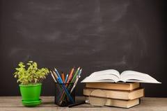 Концепция образования - книги на столе в аудитории Стоковое фото RF