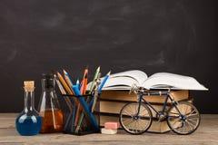 Концепция образования - книги на столе в аудитории Стоковая Фотография RF