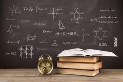 Концепция образования - книги на столе в аудитории Стоковое Изображение