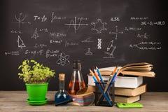Концепция образования - книги на столе в аудитории Стоковые Изображения