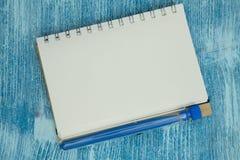 Концепция образования на голубой деревянной предпосылке Стоковые Изображения RF