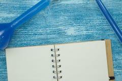 Концепция образования на голубой деревянной предпосылке Стоковое фото RF