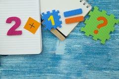 Концепция образования на голубой деревянной предпосылке Стоковое Изображение