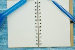 Концепция образования на голубой деревянной предпосылке Стоковые Фотографии RF