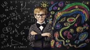 Концепция образования творческих способностей ребенк, ребенок уча математику искусства Стоковое Изображение