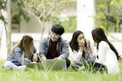 Концепция образования, школы и людей - жизнерадостное stude университета Стоковые Фото