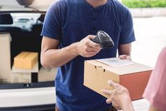 Концепция обслуживания доставки деятельности пересылки, посыльный выходя штрихкод пакета просматривая проверяющ, что заказ подтве стоковые изображения