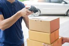 Концепция обслуживания доставки деятельности пересылки, посыльный выходя штрихкод пакета просматривая проверяющ, что заказ подтве стоковая фотография