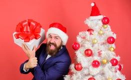 Концепция обслуживания подарка Подарочная коробка владением Гай жизнерадостная с праздничным смычком ленты Даже взрослые возбужде стоковое изображение rf