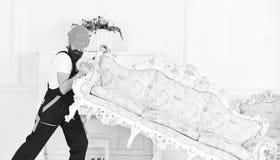 Концепция обслуживания поставки Затяжелитель двигает софу, кресло Курьер поставляет мебель в случае двигает вне, перестановка 308 стоковая фотография rf