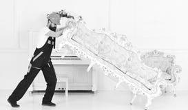 Концепция обслуживания поставки Курьер поставляет мебель в случае двигает вне, перестановка Затяжелитель двигает софу, кресло 308 стоковые фотографии rf