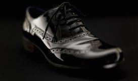 Концепция обуви Горизонтальное изображение Пары черных женских классических кожаных ботинок на черной предпосылке Стоковые Фотографии RF