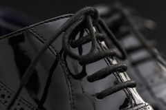 Концепция обуви Горизонтальное изображение Пары черных женских классических кожаных ботинок на черной предпосылке Стоковое Изображение RF
