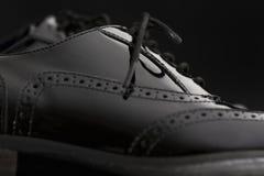 Концепция обуви Горизонтальное изображение Пары черных женских классических кожаных ботинок на черной предпосылке Стоковое Фото