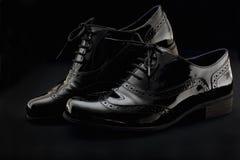 Концепция обуви Горизонтальное изображение Пары черных женских классических кожаных ботинок на черной предпосылке Стоковое Изображение