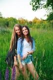Концепция общины счастья приятельства подруг 2 усмехаясь друз обнимая outdoors Стоковое Изображение
